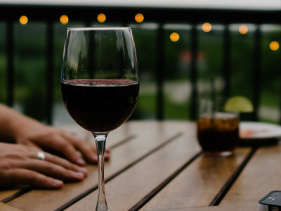 Может ли вино быть полезным для глаз?